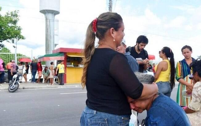 No último domingo (26), as mortes em Manaus ocorreram diante dos familiares, em dia de visita; família chora em IML