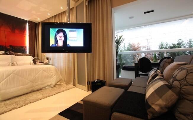 A TV foi colocada suspensa ao teto, possibilitando rotacioná-la para frente e para trás, para uso em dois ambientes