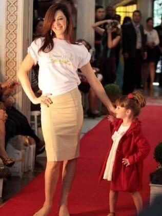 Claudia Raian desfila ao lado de modelo mirim no Fashion Kids 2012