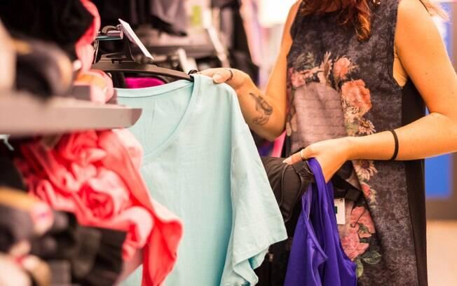 Antes de comprar qualquer uma das roupas da moda, é preciso experimentá-las e ver se as peças combinam com você