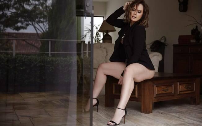 Em ensaio pra lá de sensual,Nubia Oliiver diz que não tem medo de passar o Dia dos Namorados sozinha!