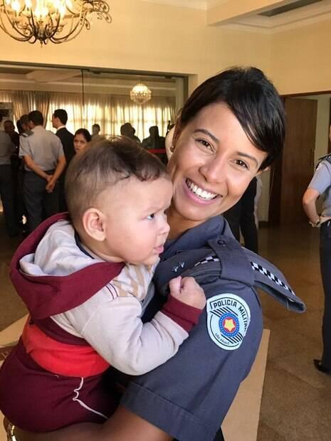 Tenente Cristiane Soares e o menino Davi