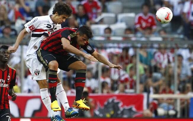 Rodrigo Caio e Patagna disputam a bola pelo  alto