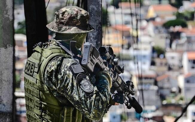 Observador Avançado do COE, com seu rifle de longa distância. Sua função é proteger as equipes que progridem em direção ao alvo e passar informações táticas ao Comandante da operação . Foto: Major PM Luis Augusto Pacheco Ambar