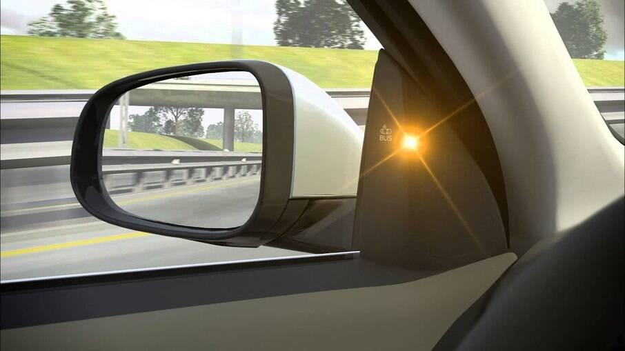 O sedã de luxo Volvo S80 foi o primeiro modelo a ter a luz que alerta sobre ponto cego, há 14 anos