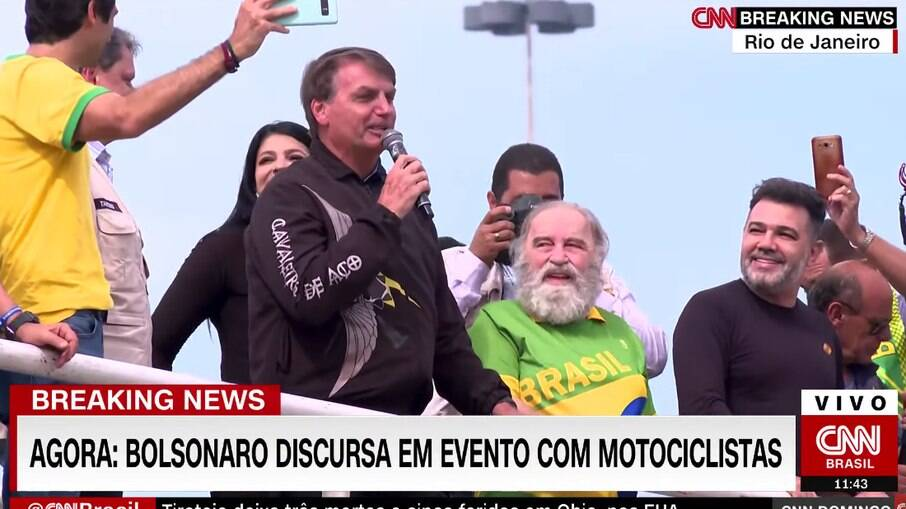 Sem usar máscara, o presidente Jair Bolsonaro participou de uma manifestação que provocou grande aglomeração no Rio de Janeiro na manhã deste domingo