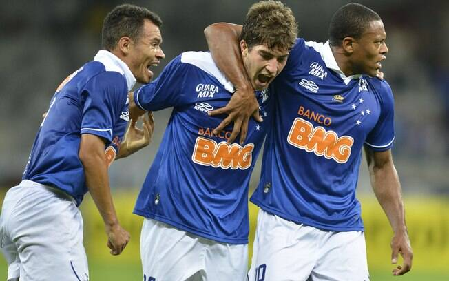 Lucas Silva (no centro) marcou duas vezes na vitória do Cruzeiro por 5 a 3