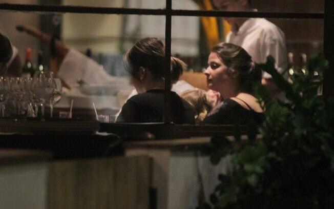 Sandy com amigas em restaurante carioca