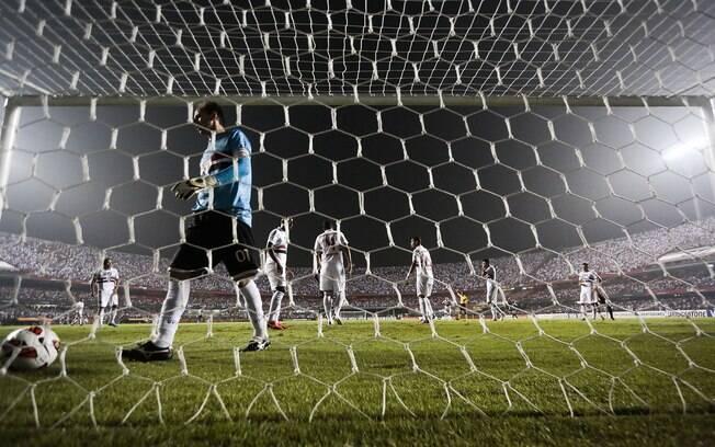 Rogério Ceni vai buscar a bola no fundo das  redes