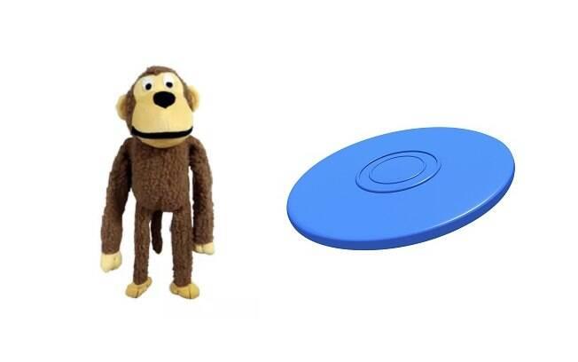 Bichinhos de pelúcia e frisbees são brinquedos para cachorro que garantem a diversão junto com o dono