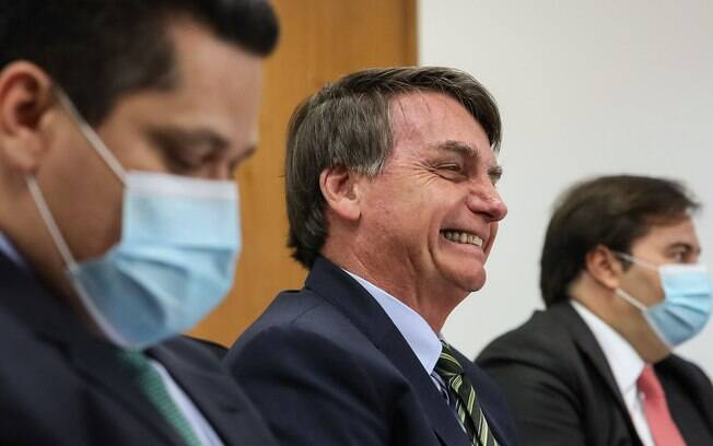 Presidente Jair Bolsonaro sem máscara entre os presidentes o Senado David Alcolumbre e da Câmara Rodrigo Maia