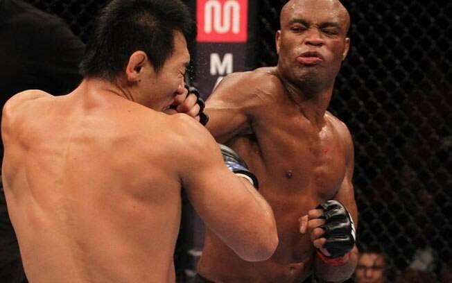 Anderson Silva em plena luta, combate que derrotou a Globo no Ibope