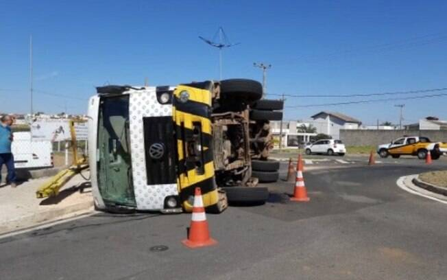 Caminhão de lixo tomba perto da Prefeitura de Indaiatuba