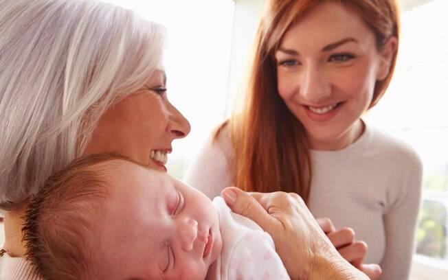 Internautas acharam exagerada a medida de pedir que a avó fumante tome banho e troque de roupa antes de pegar o bebê