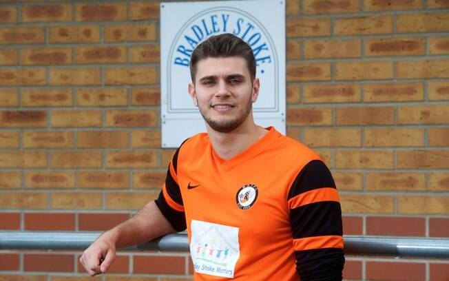 Zagueiro Bradley Stokes joga no modesto Bradley Stoke Town FC, da Inglaterra