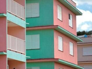 Paredes dos prédios do complexo são pintadas com cores fortes