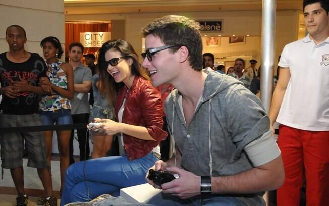 Jonatas Faro disputa partida de videogame com Sthefany Brito durante evento em São Paulo