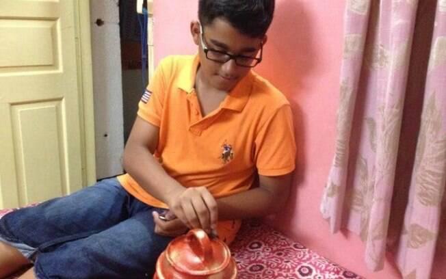 Akash Mukherjee, de 12 anos, diz que decidiu doar o dinheiro quando viu na TV dano causado por terremoto