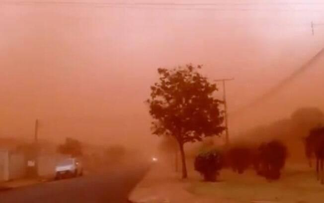 A tempestade de areia prejudicou a visibilidade em várias regiões.