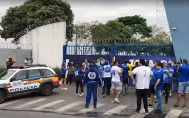 Torcedores se manifestam em frente à Toca da Raposa