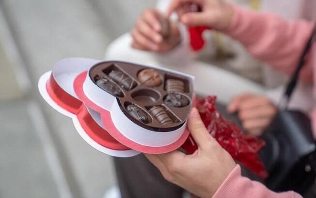 4 simpatias com chocolate para adoçar o amor