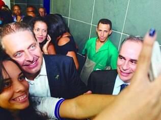 Eduardo Campos faz selfie durante inauguração do Parque Urbano da Maxeira, no bairro de Apipucos, no Recife