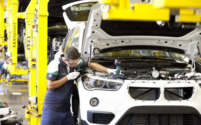 Enquanto isso, a BMW é a primeira entre as marcas premium do Brasil a voltar aos trabalhos