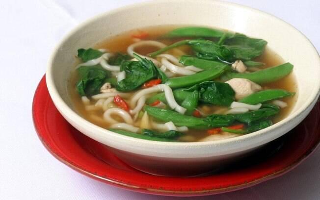 Sopa de frango com noodle traz um toque oriental para a nossa lista de receitas rápidas
