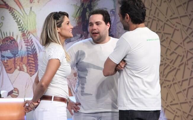 Flávia Alessandra, Tiago Abravanel e Domingos Montagner conversam nos bastidores