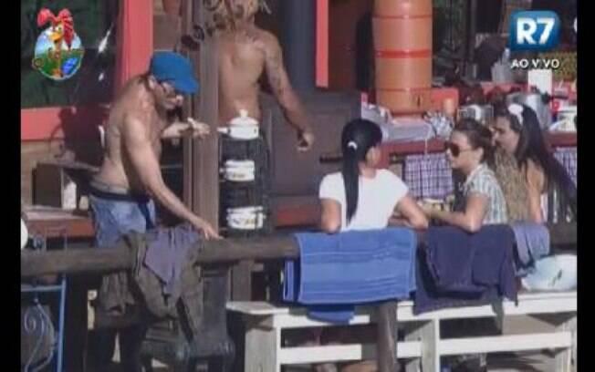 Peões conversam no Celeiro