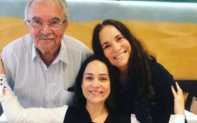 Gabriela Duarte comemora aniversário de 45 anos ao lado de seu pai, Marcos Flávio Cunha Franco, e da mãe, a atriz Regina Duarte