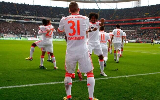 Schweinsteiger dançou com Dante para  comemorar gol da vitória sobre o Eintracht  Franfurt, na 28ª rodada