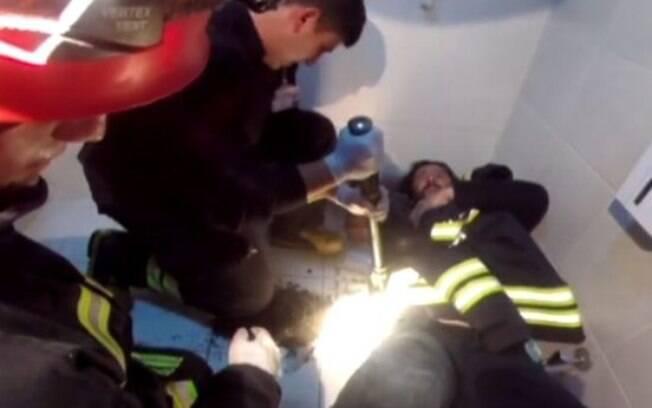 O caso foi complicado até mesmo para os bombeiros, que foram capazes de salvar o homem, mas não o aparelho celular