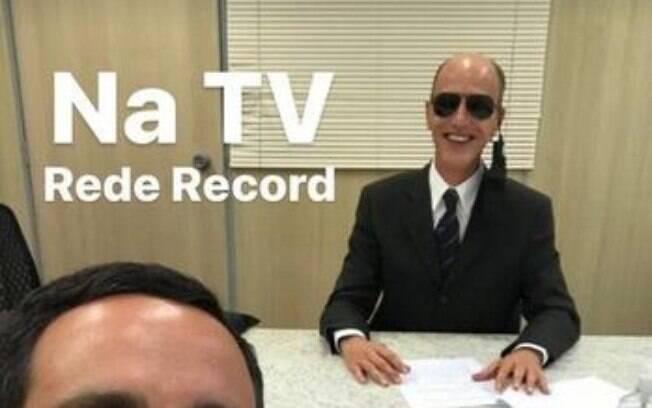 Rodolfo assinando contrato com a Record