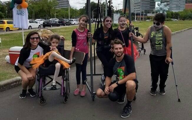 Stevan criou um projeto voluntário em Porto Alegra para ajudar crianças com deficiência a andar de skate