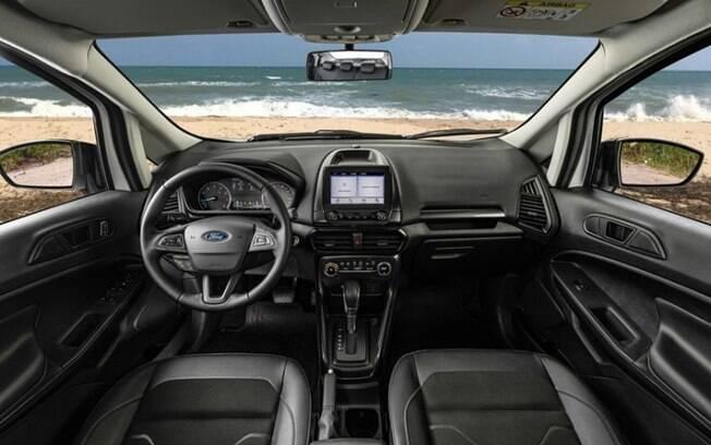 Interior do SUV é predominantemente escurecido, com partes do banco de couro, e partes em tecido