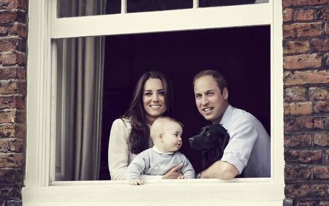 Príncipe William e Kate Middleton posaram ao lado do filho George, em foto oficial do herdeiro do trono britânico