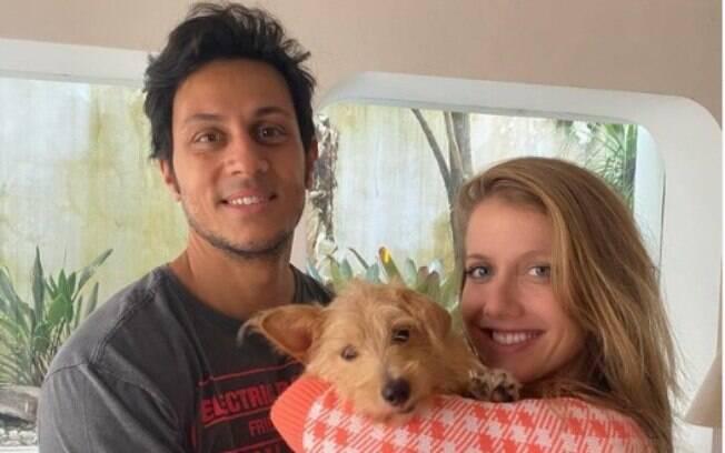 Gabriela Prioli adota cão com sequela de cinomose
