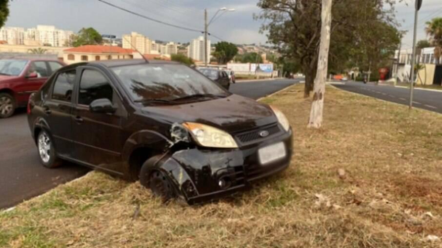 Se for possível, retire o carro: obstruir o tráfego e comprometer a segurança gera quatro pontos na CNH e multa de R$130,16