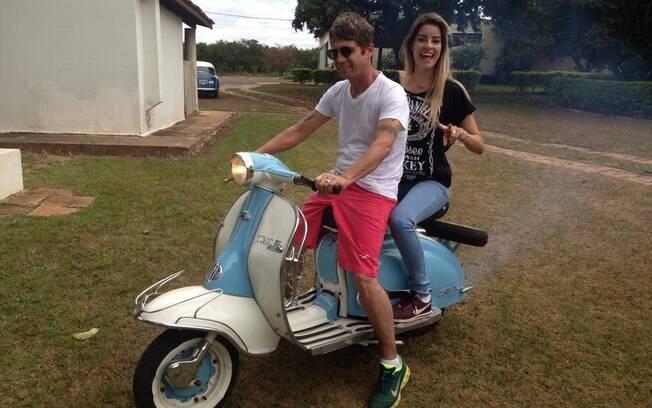 Se os planos não mudarem, o cantor vai se casar com a noiva, Thayra Machado. Foto: Reprodução/Facebook
