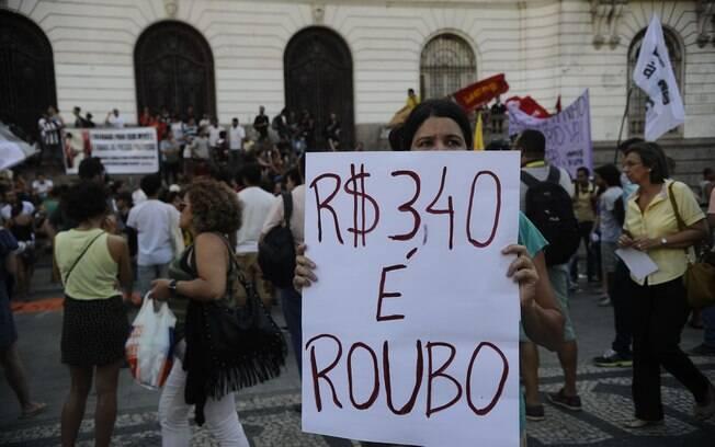 Movimentos sociais fazem passeata em protesto contra o aumento do preço das passagens de ônibus (09/01/2015)