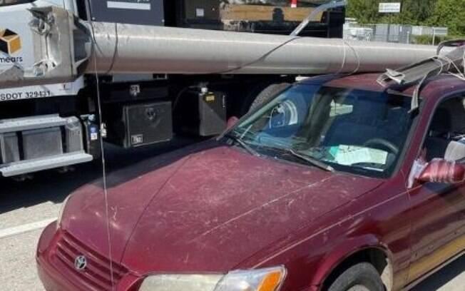 O homem foi preso tentando roubar um poste, em Lakeland, no estado norte-americano da Flórida