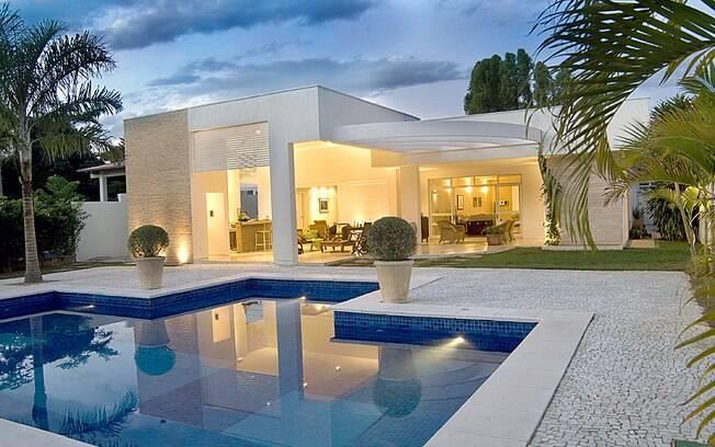 A arquiteta Eliana Gomide abusou de pastilhas em porcelana para revestir a área interna da piscina. O revestimento da Atlas custa R$ 82 (m²). Foto: Divulgação