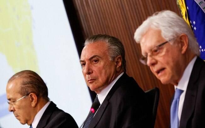Presidente Michel Temer em reunião com os ministros Moreira Franco e Eliseu Padilha