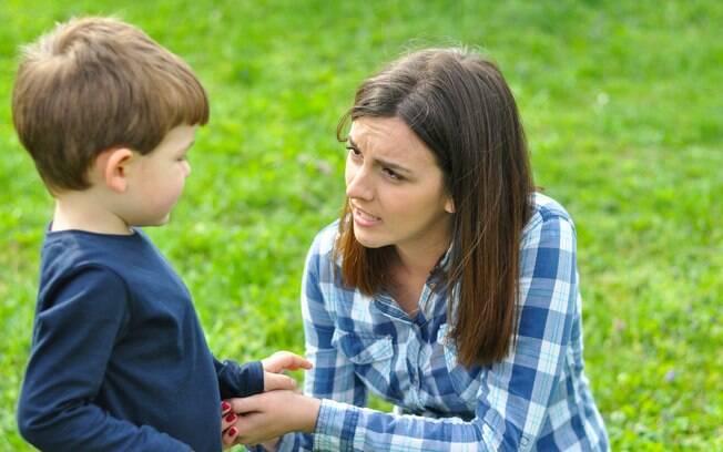 Abaixar para conversar com os filhos garante proximidade na comunicação e reforça os laços com os pais
