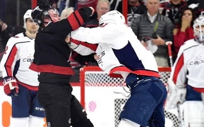 Briga entre atletas do hóquei no gelo, no game 3 dos playoffs da NHL, deixou um desacordado