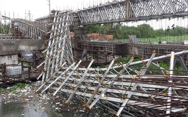 Cenário caótico na manhã seguinte à queda da estrutura em Aerolândia: tragédia será investigada