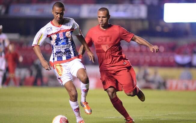 Luis Fabiano de vermelho na partida contra o  Penapolense