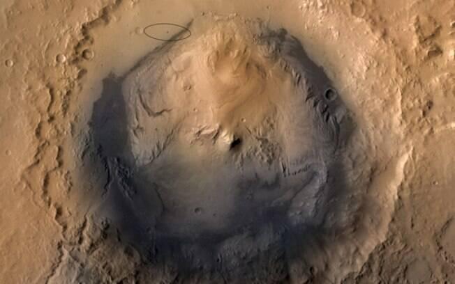 A foto mostra, delineado com um círculo preto, o local de pouso do jipe-robô 'Curiosity' nas proximidades da cratera de Gale
