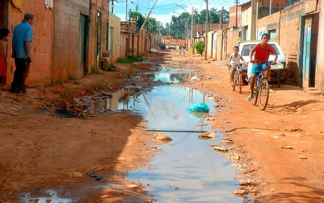 A falta de saneamento básico contribui para o alastramento de zoonoses como a malária.
